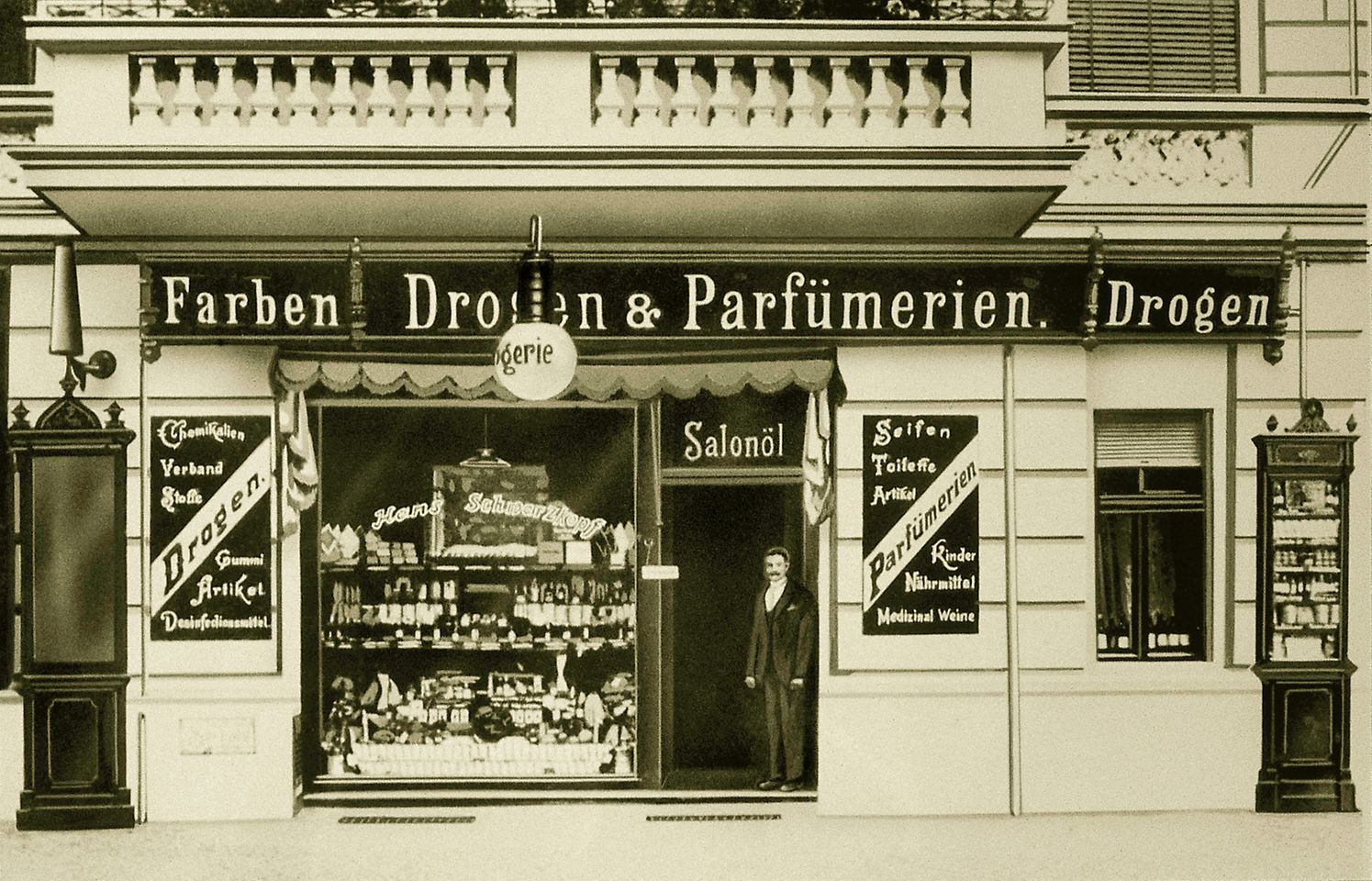 1898: Hans Schwarzkopf took over a drugstore in Berlin
